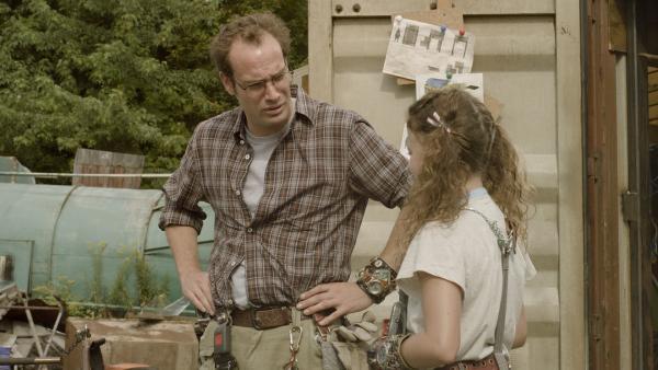 Annes Vater (James Gangl) und Anne (Addison Holley) beraten sich über Hands seltsames Verhalten. | Rechte: KiKA/Sinking Ship Entertainment