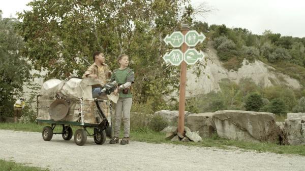 Nick (Jadiel Dowlin) und Anne (Addison Holley) auf der Suche nach dem Meteoriten. | Rechte: KiKA/Sinking Ship Entertainment