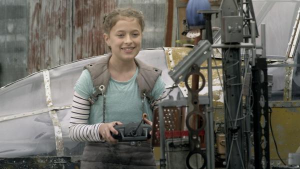 Anne (Addison Holley) justiert die Raketenabschussrampe.   Rechte: KiKA/Sinking Ship Entertainment