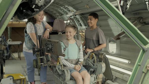 Die Freunde verfolgen die Flugbahn der Rakete (v.l.n.r. Adrianna Di Liello, Addison Holley, Jadiel Dowlin). | Rechte: KiKA/Sinking Ship Entertainment