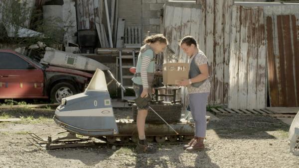 Shania (Adrianna Di Liello, re.) und Anne (Addison Holley, li.) schauen sich Pidgelys Verletzung an. | Rechte: KiKA/Sinking Ship Entertainment
