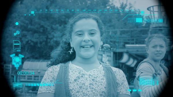 Eyes macht eine Videoaufzeichnung von Shania (Adrianna Di Liello). | Rechte: KiKA/Sinking Ship Entertainment
