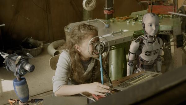 Anne (Addison Holley) und PAL (Millie Davis) beobachten Pidgelys Mission. | Rechte: KiKA/Sinking Ship Entertainment