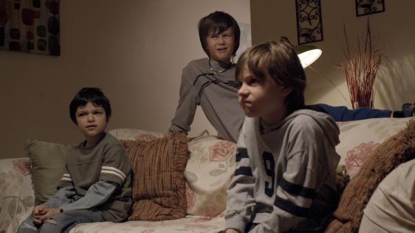 Garth (Joey Nijem), Billy (Carson Reaume) und Ray (Aaron Feigenbaum) hören Annes Geschichten zu. | Rechte: KiKA/Sinking Ship Entertainment