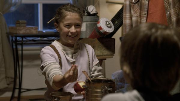 Anne (Addison Holley) zeigt den Jungs, wie aus einem Kern ein Apfelbaum wird. | Rechte: KiKA/Sinking Ship Entertainment