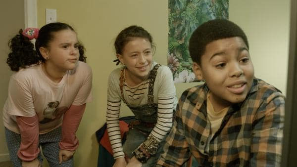 Shania (Adrianna Di Liello, li.), Anne (Addison Holley, Mi.), und Nick (Jadiel Dowlin, re.) warten auf die Bekanntgabe von Zack. | Rechte: KiKA/Sinking Ship Entertainment