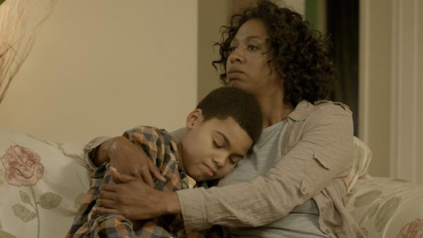 Maggie (Raven Dauda) tröstet Nick (Jadiel Dowlin). | Rechte: KiKA/Sinking Ship Entertainment