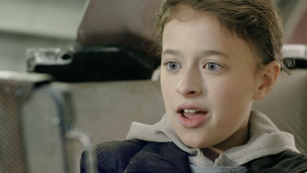 Anne (Addison Holley) erwartet ihre neue Hausaufgabe. | Rechte: KiKA/Sinking Ship Entertainment