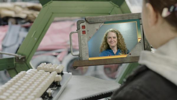 Julie Payette, die kanadische Astronautin, ist heute Annes Online-Dozentin. | Rechte: KiKA/Sinking Ship Entertainment