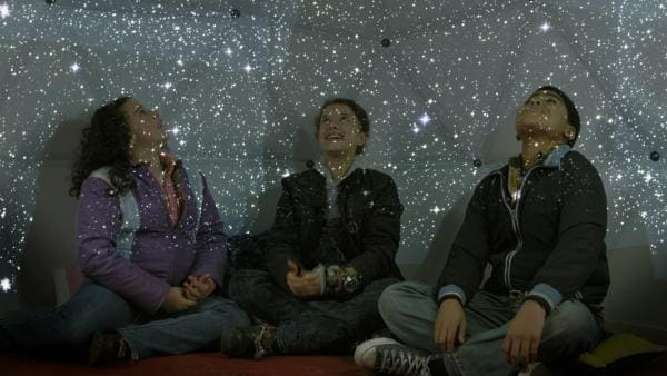 Shania (Adrianna Di Liello, li.), Anne (Addison Holley, Mi.) und Nick (Jadiel Dowlin, re.) im Planetarium. | Rechte: KiKA/Sinking Ship Entertainment