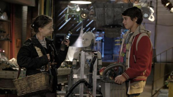 Anne (Addison Holley) und Zack (Jonny Gray) sortieren ihre Werkzeuge. | Rechte: KiKA/Sinking Ship Entertainment