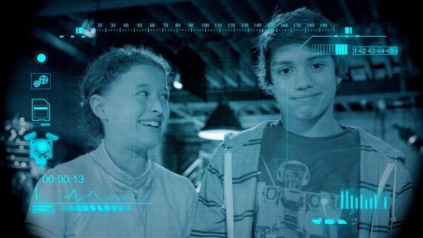 Eyes filmt Annes (Addison Holley) und Zacks (Jonny Gray) Arbeitshypothese. | Rechte: KiKA/Sinking Ship Entertainment