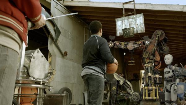 Nick (Jadiel Dowlin) zielt. | Rechte: KiKA/Sinking Ship Entertainment