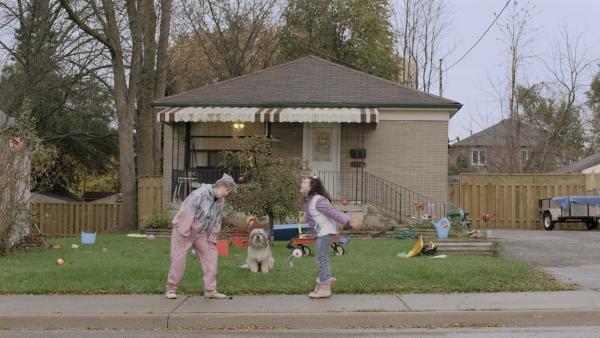 Shania (Adrianna Di Liello) bettelt bei ihrer Grandma (Jayne Eastwood) um ihren Hund Cyrus. | Rechte: KiKA/Sinking Ship Entertainment