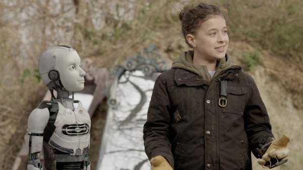 PAL (Millie Davis) und Anne (Addison Holley) versuchen, eine Lösung für Nicks Problem zu finden. | Rechte: KiKA/Sinking Ship Entertainment