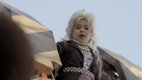 Anne (Addison Holley) tritt als Popstar-Prinzessin in Nicks Traum auf. | Rechte: KiKA/Sinking Ship Entertainment