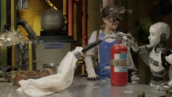 Anne (Addison Holley, li.) und PAL (Millie Davis, re.) bereiten Annes nächstes Experiment mit einem Feuerlöscher vor. | Rechte: KiKA/Sinking Ship Entertainment