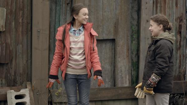 Charlie (Devyn Nekoda, li.) lädt Anne (Addison Holley, re.) zu ihrer Geburtstagsparty ein. | Rechte: KiKA/Sinking Ship Entertainment