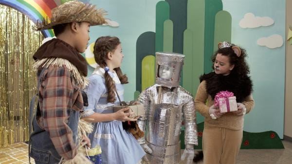 Nick (Jadiel Dowlin) als Vogelscheuche, Anne (Addison Holley) als Dorothy, PAL (Millie Davis) als Blechmann und Shania (Adrianna Di Liello) als Löwe | Rechte: KiKA/Sinking Ship Entertainment