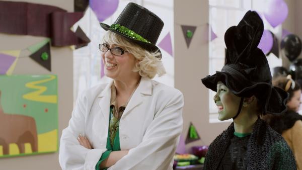 Charlie (Devyn Nekoda) als böse Hexe des Westens mit ihrer Mutter, Mrs. Cassini (Naomi Snieckus). | Rechte: KiKA/Sinking Ship Entertainment