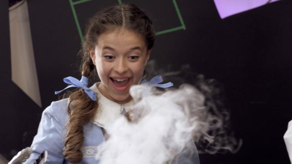 Anne (Addison Holley) bei einem Experiment mit Trockeneis | Rechte: KiKA/Sinking Ship Entertainment