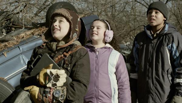 Anne (Addison Holley, li.), Shania (Adrianna Di Liello, Mi.) und Nick (Jadiel Dowlin, re.) sind beeindruckt. | Rechte: KiKA/Sinking Ship Entertainment