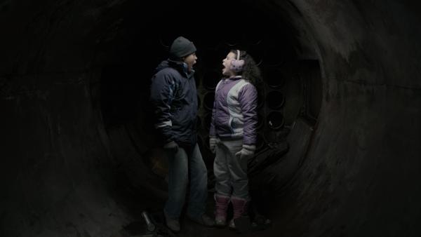 Nick (Jadiel Dowlin) und Shania (Adrianna Di Liello) geraten im Tank zusammen in Panik. | Rechte: KiKA/Sinking Ship Entertainment