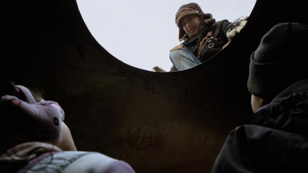 Anne (Addison Holley) findet Nick (Jadiel Dowlin) und Shania (Adrianna Di Liello ) endlich im Tank. | Rechte: KiKA/Sinking Ship Entertainment