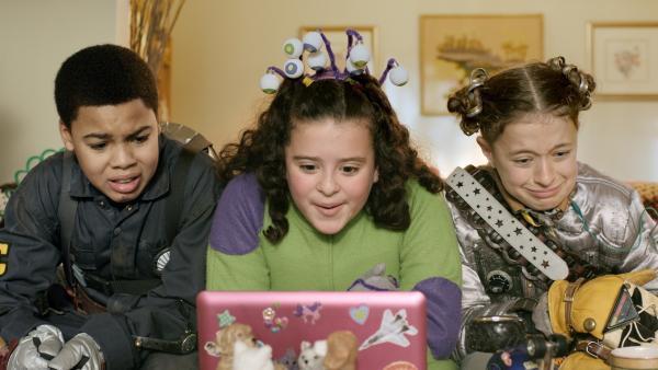 Shania (Adrianna Di Liello, Mi.) zeigt Nick (Jadiel Dowlin, li.) und Anne (Addison Holley, re.) ihr Vulkanvideo für den Wissenschaftsunterricht. | Rechte: KiKA/Sinking Ship Entertainment