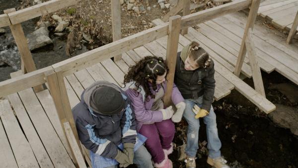 Anne (Addison Holley, re.) und Nick (Jadiel Dowlin, li.) trösten Shania (Adrianna Di Liello, Mi.). | Rechte: KiKA/Sinking Ship Entertainment