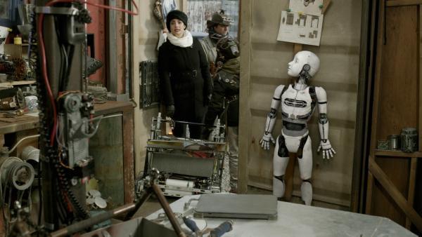 PAL (Millie Davis) versteckt sich vor der neugierigen Ada (Nicola Correia-Damude).   Rechte: KiKA/Sinking Ship Entertainment
