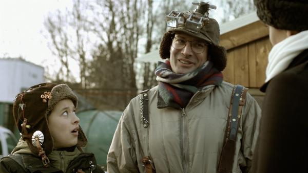 Wilbert (James Gangl) prahlt vor Ada mit Annes Fähigkeiten.   Rechte: KiKA/Sinking Ship Entertainment