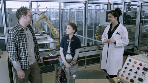 Wilbert (James Gangl) und Anne (Addison Holley) besuchen Adas (Nicola Correia-Damude) Forschungslabor.  | Rechte: KiKA/Sinking Ship Entertainment