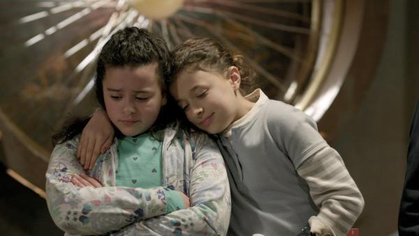 Shania (Adrianna Di Liello, li.) ist traurig darüber, dass Anne (Addison Holley, re.) sie vielleicht verlassen will.   Rechte: KiKA/Sinking Ship Entertainment