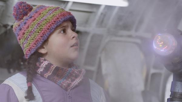 Shania (Adrianna Di Liello) bestaunt Annes Nebelmaschine. | Rechte: KiKA/Sinking Ship Entertainment
