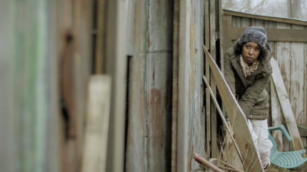 Maggie (Raven Dauda) folgt Nick zum Schrottplatz. | Rechte: KiKA/Sinking Ship Entertainment