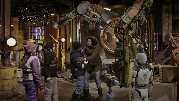 Hand hat Nicks Mutter (Raven Dauda) freigelassen. Völlig schockiert erteilt sie Nick (Jadiel Dowlin) ab sofort Schrottplatzverbot.  | Rechte: KiKA/Sinking Ship Entertainment