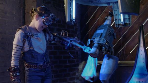 Anne (Addison Holley) putzt Eyes für das Treffen mit Nicks Mutter Maggie. | Rechte: KiKA/Sinking Ship Entertainment