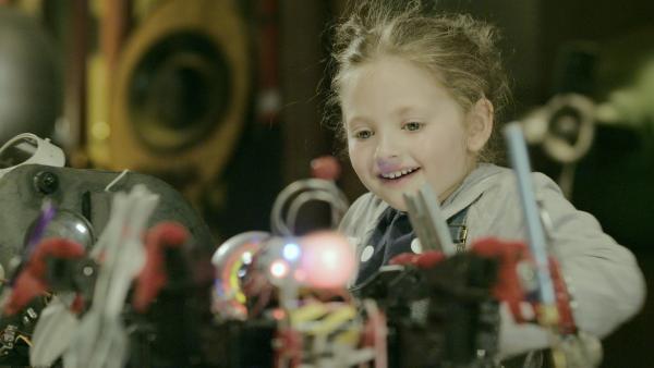 Rückblick: Anne als kleines Mädchen (Ashley Black), als sie Eyes erfindet.   Rechte: KiKA/Sinking Ship Entertainment