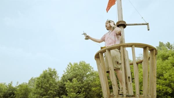 Rückblick: Annes Dad (James Gangl) beim Testen einer Erfindung | Rechte: KiKA/Sinking Ship Entertainment