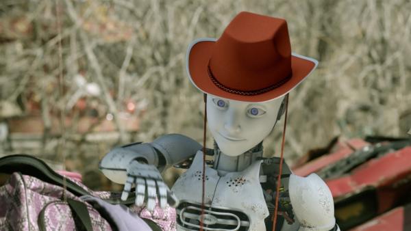 PAL (Millie Davis) sucht sich aus Shanias Kostümtasche eines aus, das aus PAL ein richtiges Kind macht.  | Rechte: KiKA/Sinking Ship Entertainment