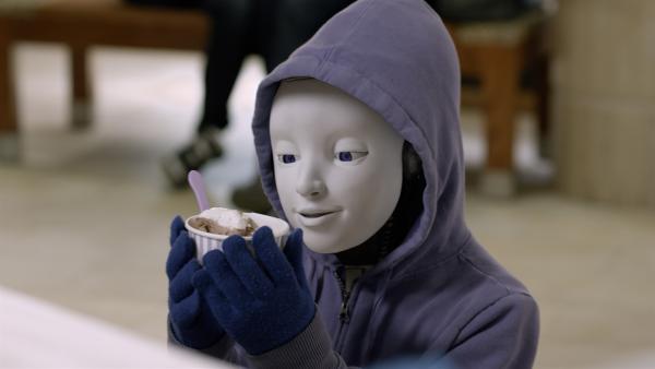Pal (Millie Davis) genießt in der Shopping-Mall ein Eis – wie ein richtiges Kind. | Rechte: KiKA/Sinking Ship Entertainment