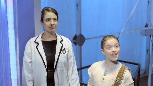 Ada (Nicola Correia-Damude) führt Anne (Addison Holley) ihre neue künstliche Intelligenz, Magnus 22, vor. | Rechte: KiKA/Sinking Ship Entertainment