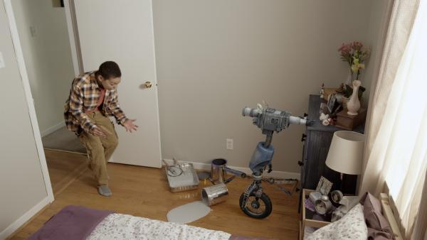 Nick (Jadiel Dowlin) Nick findet das Chaos vor, das Eyes aus Versehen im Schlafzimmer seiner Mutter angerichtet hat. | Rechte: KiKA/Sinking Ship Entertainment
