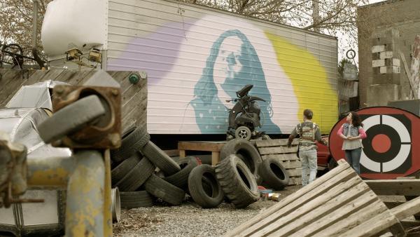 Shania (Adrianna Di Liello) hat Art gebeten, ein riesiges Portrait von ihr auf den alten Truck zu malen. | Rechte: KiKA/Sinking Ship Entertainment