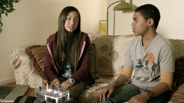 Charlie (Devyn Nekoda) unterzieht Nick (Jadiel Dowlin)einem Lügendetektortest und stellt ihm die alles entscheidende Frage, ob PAL ein Roboter sei. | Rechte: KiKA/Sinking Ship Entertainment