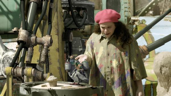 Shania (Adrianna Di Liello) unterrichtet Pidgely in Bildhauerei. | Rechte: KiKA/Sinking Ship Entertainment