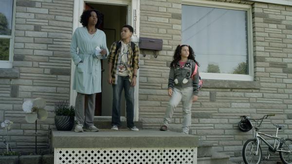 Maggie (Raven Dauda) ist krank und kann Nick (Jadiel Dowlin) und Shania (Adrianna Di Liello) nicht zur Schule fahren.  | Rechte: KiKA/Sinking Ship Entertainment