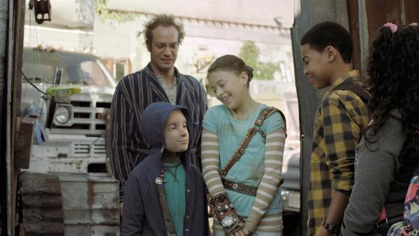 Nick (Jadiel Dowlin) und Shania (Adrianna Di Liello) fragen Annes Dad, ob er für Maggie einspringen kann. (Mitte: Millie Davis, Addison Holley) | Rechte: KiKA/Sinking Ship Entertainment