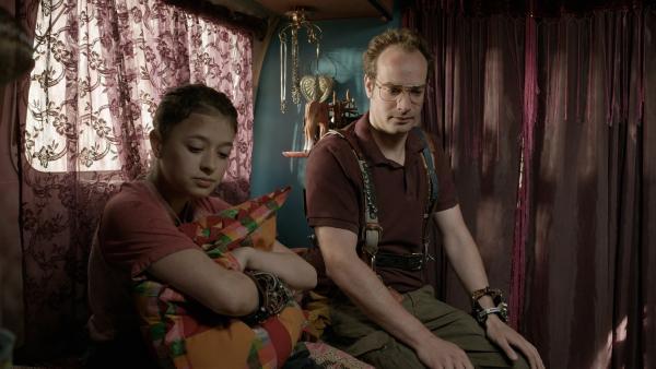 Anne (Addison Holley) und ihr Dad (James Gangl) versuchen sich in einem Vater-Tochter-Gespräch über Annes verschwundene Mutter. | Rechte: KiKA/Sinking Ship Entertainment